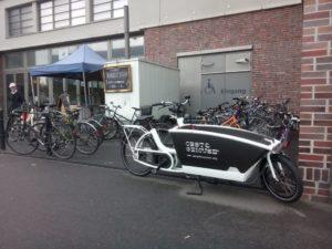 Lastenvelos sind im Stadtbild von Basel präsent. Hier ein parkender Urban Arrow.
