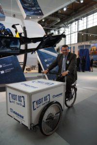 Krone-Geschäftsführer Ralf Faust auf Promotion-Cargobike auf IAA Nutzfahrzeuge 2014