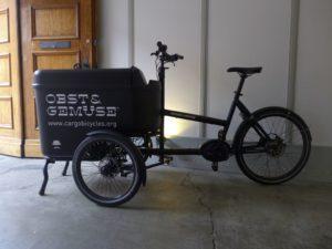 Ein Butchers & Bicycles Cargobike in der Hofeinfahrt von OBST&GEMÜSE