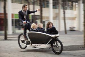 Kindertransport mit elektrischem Rückenwind im Urban Arrow Family