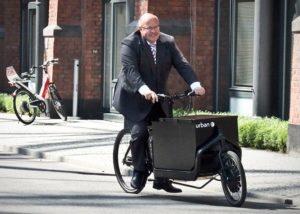 Ex-Umweltminister Peter Altmeier testet 2012 ein eCargobike, Foto: Benjamin Georg/Urban-e