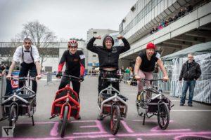 Teilnehmer des Berliner Cargobike-Rennens 2015 auf ihren Bullit-Cargobikes beim Start.