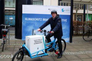 BMUB-Staatssekretär Flasbarth auf Cargobike bei Vorstellung von Klimaschutz im Radverkehr