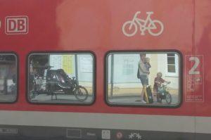 Warten auf die Regionalbahn mit Kindern und Cargobike