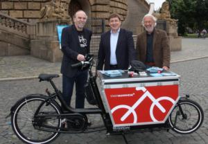Bürgermeister Lothat Quast (Mitte) mit Cargobike der Stadt Mannheim