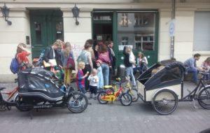 Alltag in Berlin-Neukölln: Cargobikes vor Eisdiele