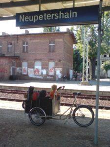 Mit dem Cargobike auf dem Bahngleis in Neupetershain
